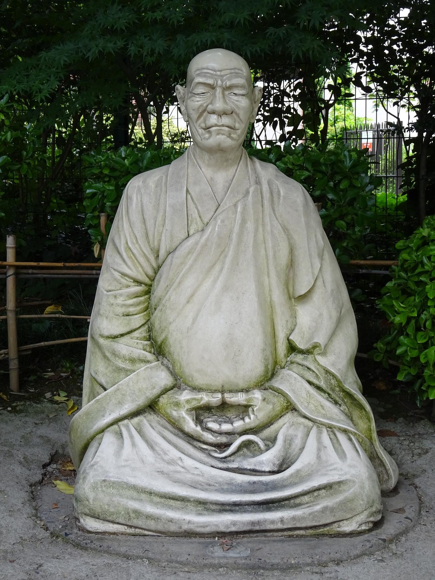 Statue représentant un moine bouddhiste faisant zazen